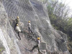 某工程安装边坡防护网